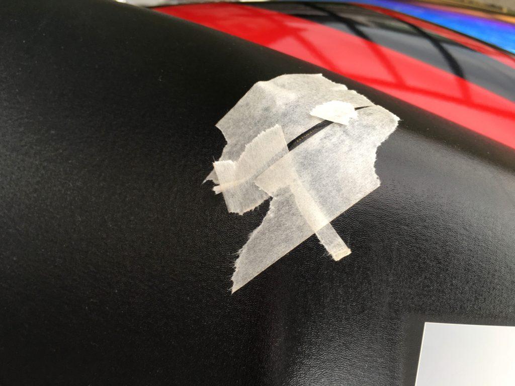 バイクのシート破れの補修準備としてマスキングテープを貼り付けたところ