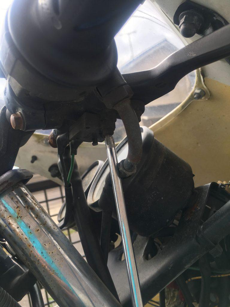 ブレーキスイッチのネジを外す
