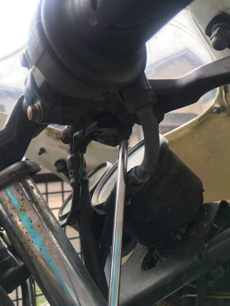 ドライバーで交換したブレーキスイッチを固定する